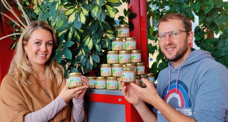 Nadine Beck und Jörg Staffel bei der Übergabe des Honigs